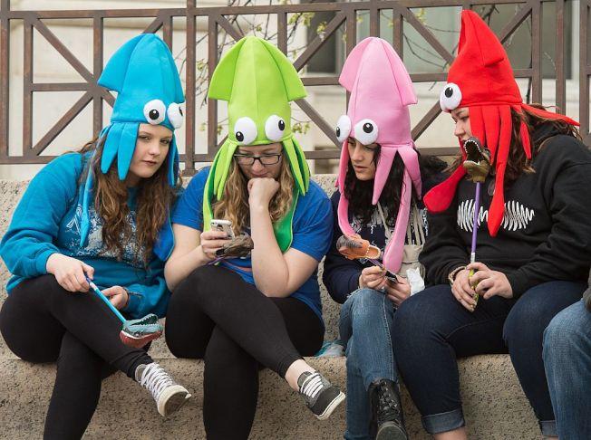 Z世代年輕人擅長利用社群媒體與他人溝通。。(Getty Images)