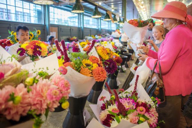 派克市場內的賣花人。(攝影/馬愛民)