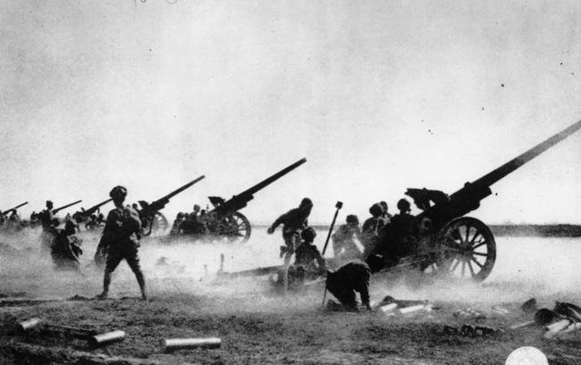 日本軍隊在中國戰場砲擊中國守軍。(美聯社)