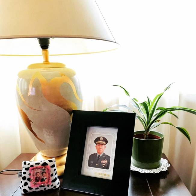 作者把父親的照片立於燈下。(作者提供)