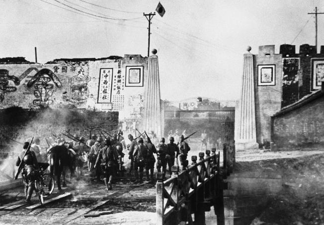 日本軍隊攻破南京城。(美聯社)