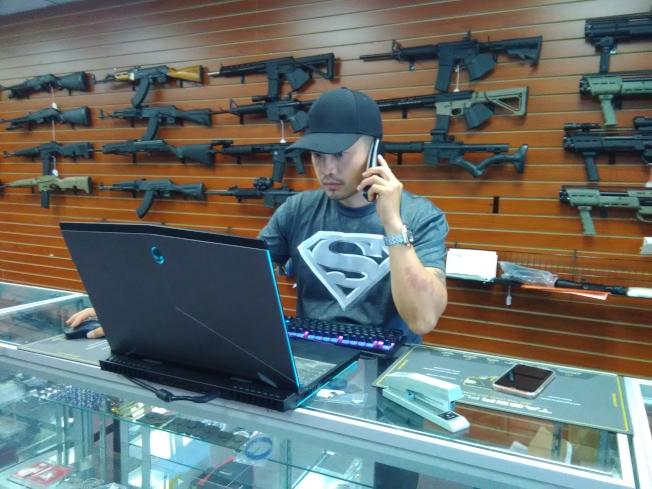 Jimmy江說,開個槍店不容易,主要是手續複雜。(圖:韓傑攝影)