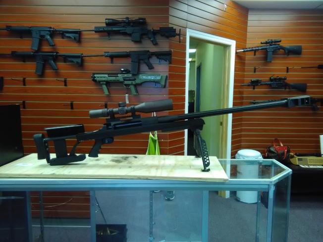 這支帶瞄準鏡的槍,裝備齊全要1萬多元。(圖:韓傑攝影)