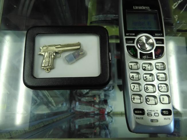 Jimmy江的槍店裡還有微型手槍。槍的左邊是電話。(圖:韓傑攝影)