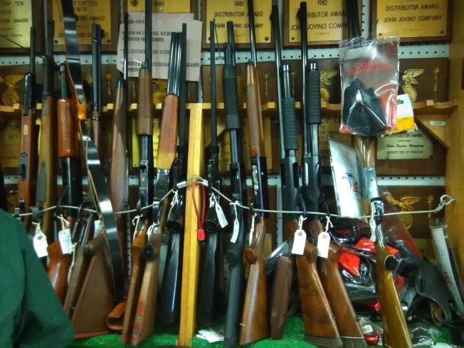 在美國,只有紐約市購買長槍需要持槍證。攝自古角槍店。(圖:韓傑攝影)