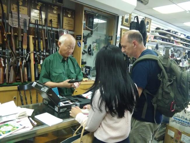 古角(左一)說,有持槍證的紐約華人在1000人左右。(圖:韓傑攝影)
