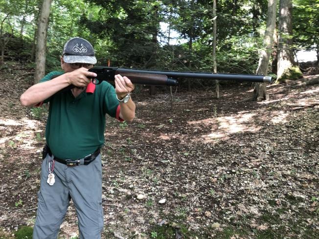 老槍在示範打槍。(圖:老槍提供)