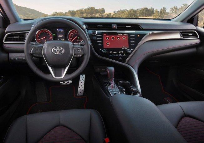 Camry TRD內裝僅用紅線妝點。(Toyota)