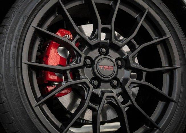 特製的19吋TRD鋁圈和雙活塞煞車卡鉗。(Toyota)