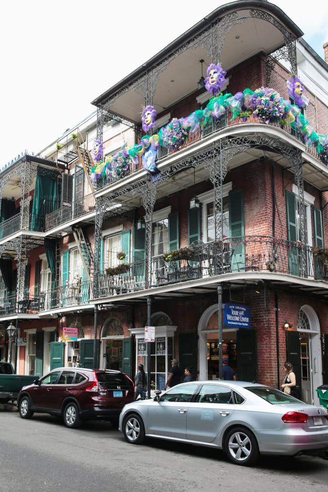 慶祝懺悔節,建築物掛上三色彩帶。紫色代表正義、綠色代表信念、金色代表力量。