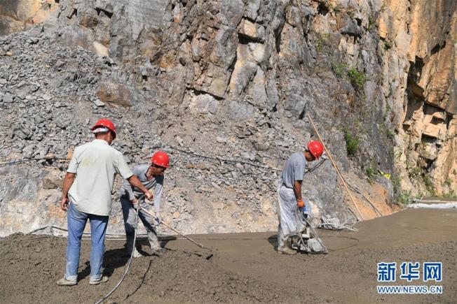 工人在道路上施工。(取材自新華網)