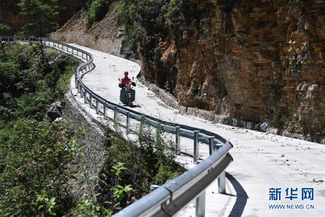 村民騎著摩托車從縣城購物回來。(取材自新華網)