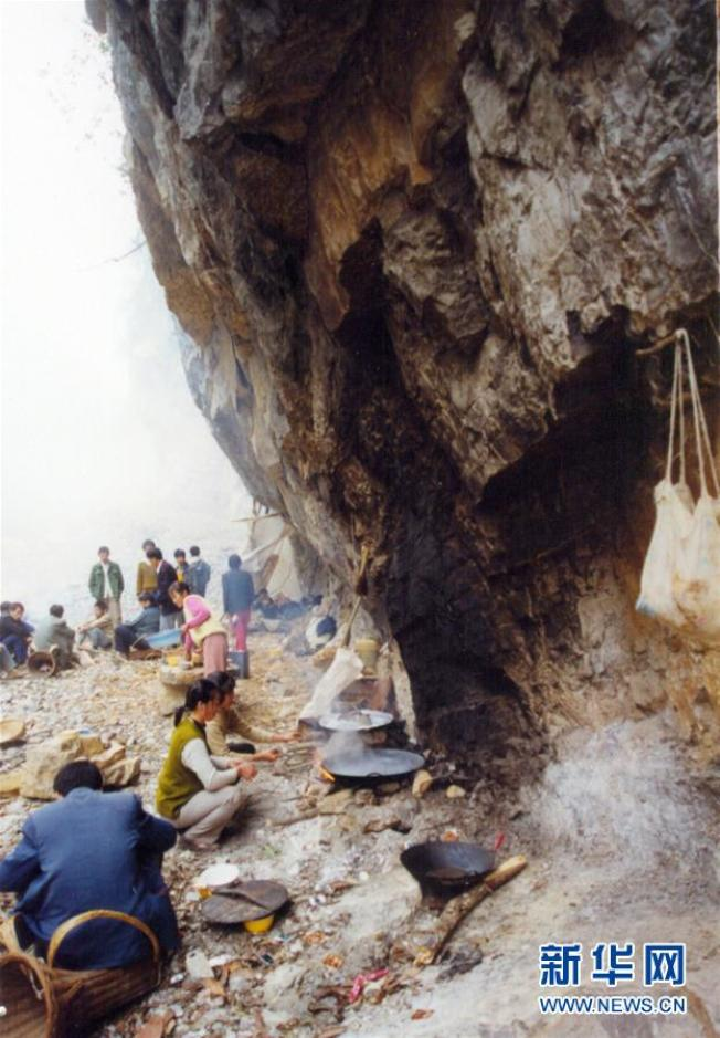 當時,參與修路的村民把廚房搬到施工現場。(取材自新華網)