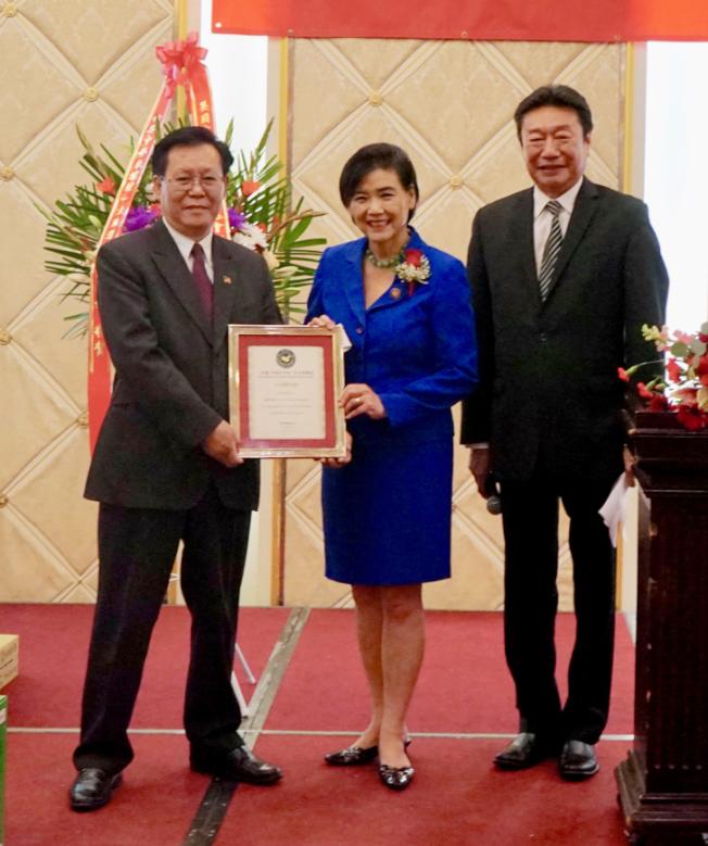 聯邦眾議員趙美心(中)頒發賀狀給美聯盟新主席郭志明(左)。(記者陳開╱攝影)