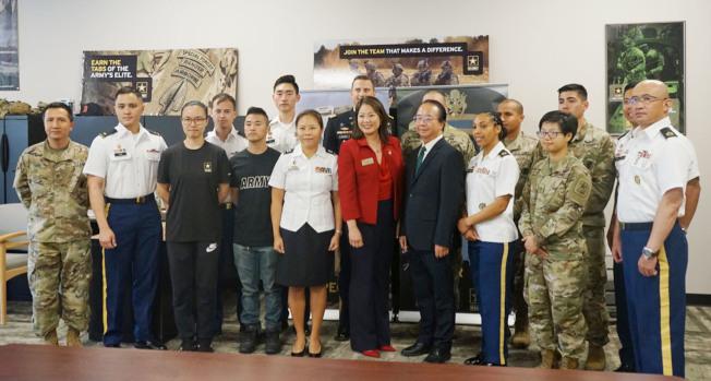 美國陸軍在蒙市設立首個募兵站,日前召開新聞發布會,部分與會者在陸軍蒙市募兵站合影。(記者陳開╱攝影)