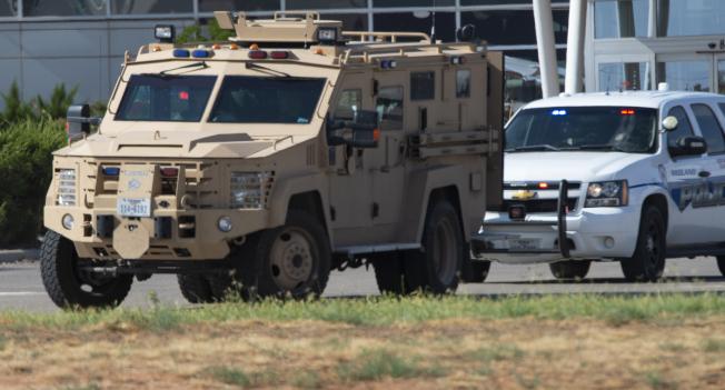 德州西部31日發生槍擊案後,警方出動裝甲車。美聯社