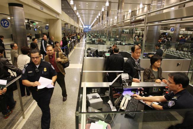 洛杉磯海關檢查入境的外國旅客。(網路圖片)