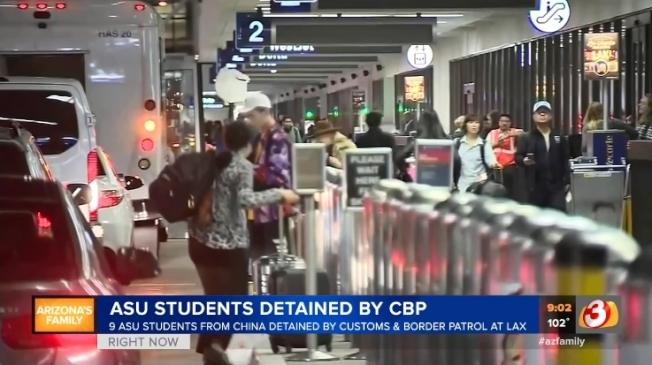 九名在亞利桑納州立大學就讀的中國留學生,日前在洛杉磯國際機場被邊境官員扣留後遣返。圖為LAX機場。(截自azfamily影片)