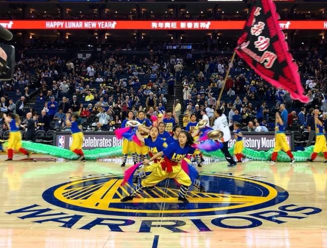 柔功門經常獲邀在勇士隊籃球比賽中表演舞龍舞獅,將中華國術帶進美國主流社區。(李彪提供)