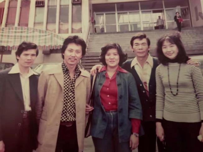 26歲創業的李彪(左二),相識滿天下,許多好友也是他的經商伙伴。(李彪提供)