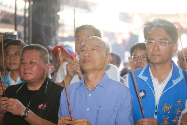 高雄市長韓國瑜(中)1日安排一連串的彰化行程,在立委柯呈枋(右)的陪同下首站來到鹿港天后宮參拜。(記者黃仲裕/攝影)