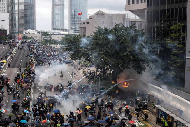 數以萬計的香港民眾831走上街頭表達抗議,與警方爆發衝突,警方發射多枚催淚彈及出動水砲車,民眾則向警方擲汽油彈,並在街頭縱火。(歐新社)