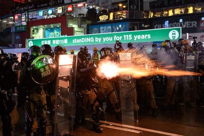 鎮壓港警在地鐵站31日晚,朝反送中示威者發射催淚彈。(Getty Images)