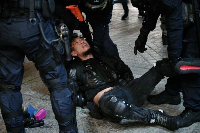 香港警方31日逮捕反送中示威者。(Getty Images)