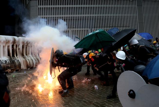 數以萬計香港民眾不理會警方反對,831走上街頭抗爭,與警方在金鐘爆發衝突。(路透)