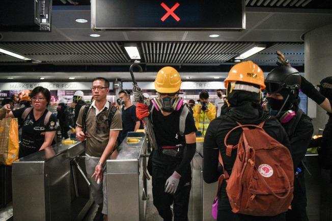 大批反送中示威者在地鐵站面對鎮壓港警。(Getty Images)