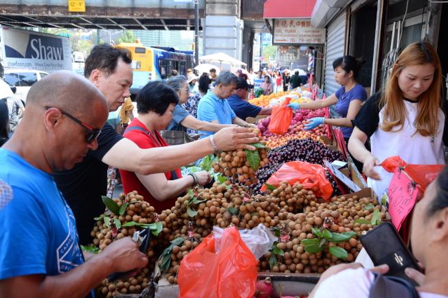 很多人仍習慣親自挑選蔬果。(許振輝攝影)