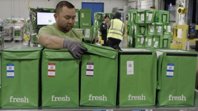 亞馬遜Fresh將生鮮食品裝在特製容器,方便配送。(Amazon Fresh官網影片截圖)
