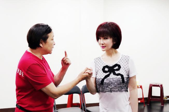 方芳(左)為潘迎紫講解舞台上男女主角第一次牽手、眼神觸電的感覺要如何詮釋。圖/全民大劇團提供