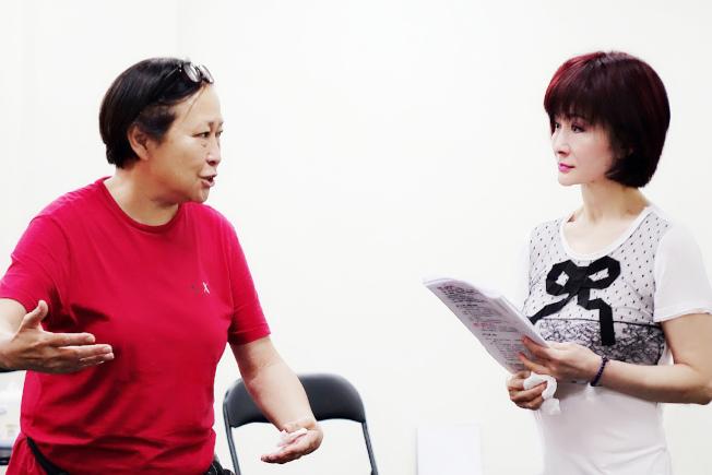 方芳(左)親身指導潘迎紫舞台劇的表演方式。圖/全民大劇團提供