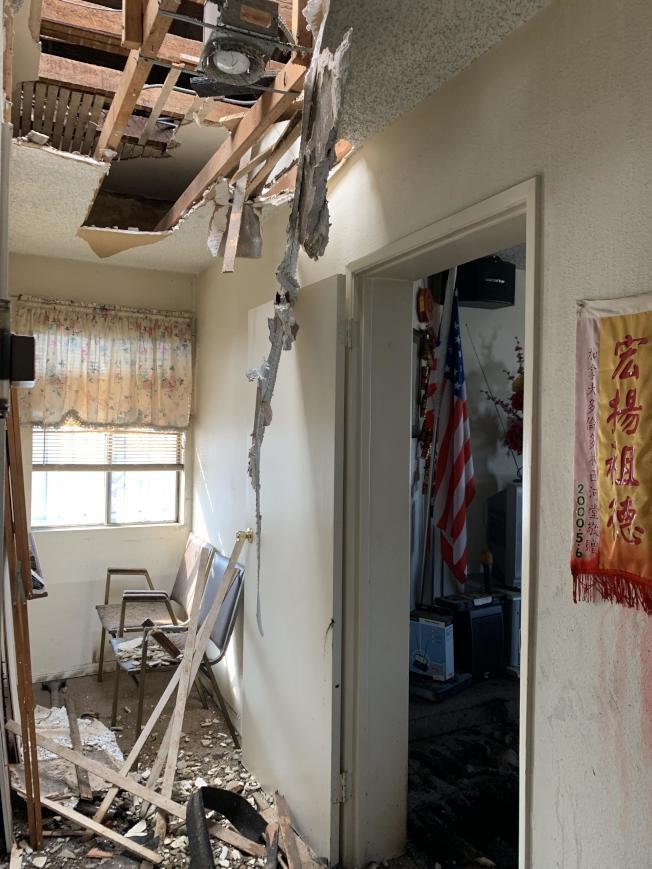 為滅火在頂棚鑿出的「天窗」遍佈公所二樓。(記者高梓原/攝影)