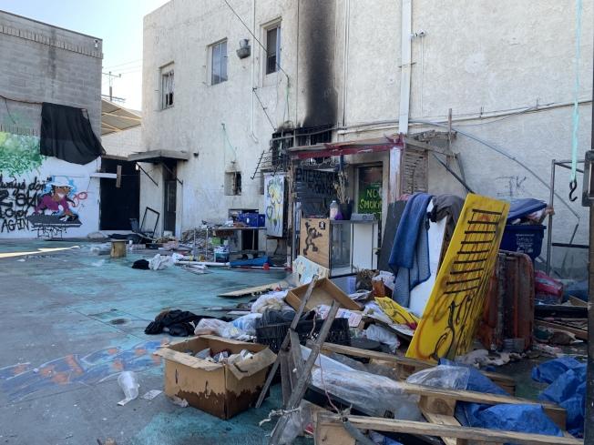 停車場內堆疊的失火物品。(記者高梓原/攝影)