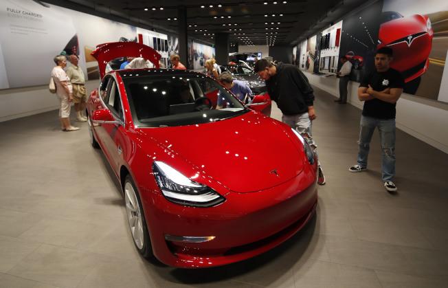 美國丹佛市一處賣場展示的Tesla Model 3。  美聯社