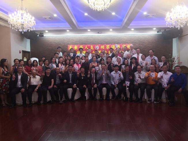 華裔民眾支持寇頓(前排左七)競選連任。(記者黃伊奕/攝影)