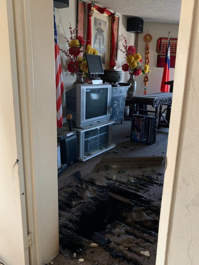 羅省林西河堂公所議會廳地面上大火燒出的黑窟窿清晰可見。(記者高梓原/攝影)