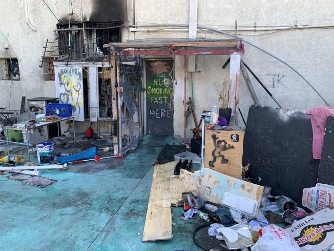 羅省林西河堂停車場內堆疊的失火物品,讓現場看上去一片狼藉。(記者高梓原/攝影)