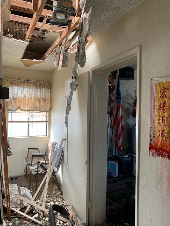 消防員為滅火在頂棚鑿出的「天窗」遍佈公所二樓。(記者高梓原/攝影)