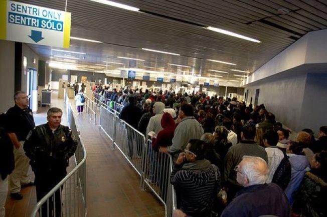 美國西南部邊境準備進入美國海關的人士,排隊等候CBP官員檢查。(CBP臉書)