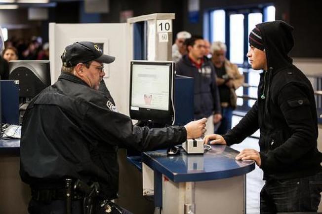 美國西南部邊境的一位CBP官員在檢查進入海關人士的文件。(CBP臉書)