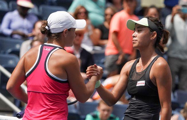 中國金花王薔1日在美網公開賽女單比賽中,爆冷完勝第二號種子巴蒂,進入大滿貫八強。圖為王薔(右)得勝後,與對手巴蒂(左)握手致意。(Getty Images)