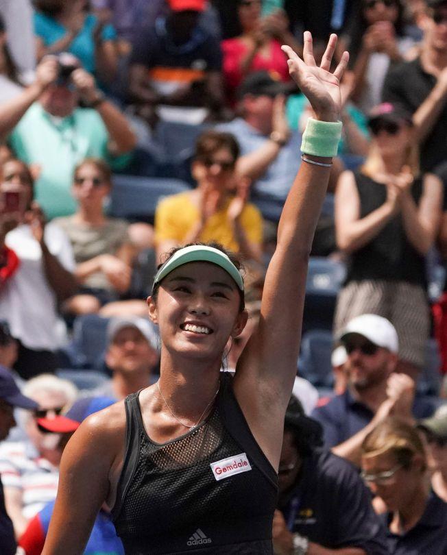中國金花王薔1日在美網公開賽女單比賽中,爆冷完勝第二號種子巴蒂,進入大滿貫八強。圖為王薔獲勝後向觀眾揮手。(Getty Images)