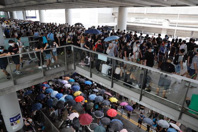 反送中示威者在機場外聚集示威,港鐵機場快線的服務1日下午一度停止。(美聯社)