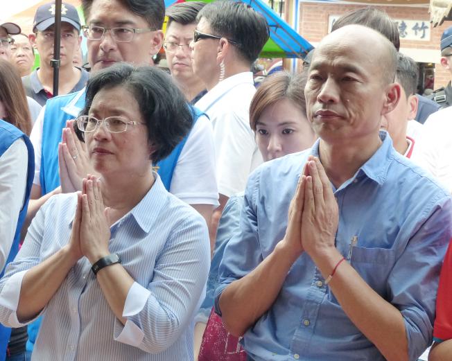 國民黨總統參選人韓國瑜(右)1日在彰化縣長王惠美(左)的陪同下到彰化花壇鄉虎山岩參拜。(記者劉明岩/攝影)