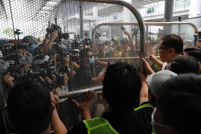 反送中示威者在網上相約,到香港機場集合示威。(美聯社)