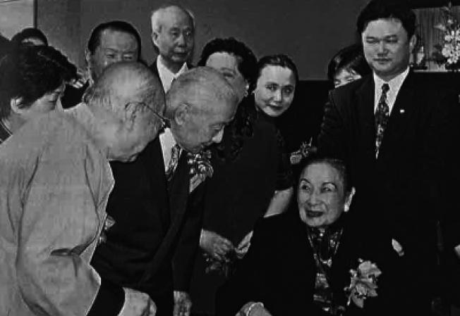 2000年蔣夫人畫展時,王己千(左)、張隆延(左二)與夫人合照。