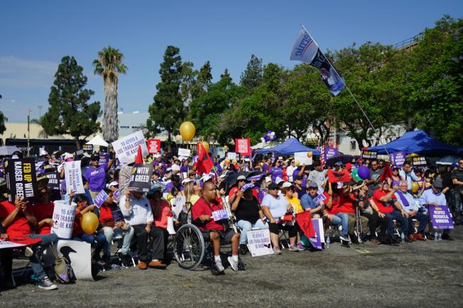 凱瑟醫療機構雇員、病患及罷工支持者2日在洛杉磯學院遊行。(記者陳開/攝影)